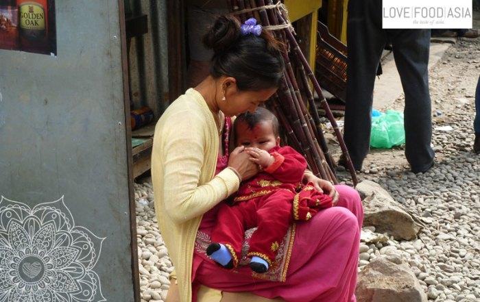 Frau mit Kind in Kathmandu