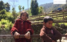 Zwei glückliche Kinder bei Chomrong