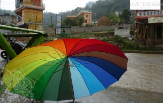 Bunter Regenschirm in Pokhara