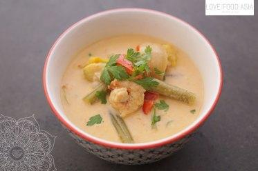 Rotes Thaicurry mit Lachs und Garnelen