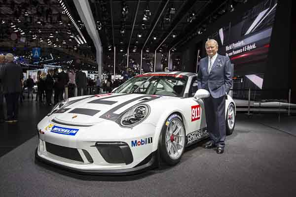 Paris Motor Show 2016: Dr. Wolfgang Porsche, Chairman of the Supervisory Board of Porsche AG, with the new 911 GT3 Cup