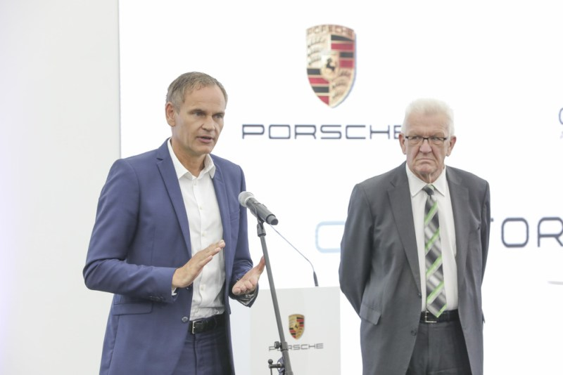 Porsche invests in a factory for high-performance battery cells- Oliver Blume, CEO of Porsche AG (left) and Winfried Kretschmann, Minister President of Baden-Württemberg