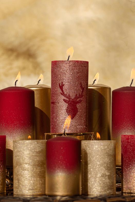 Weihnachtskerzen in Rot und Gold