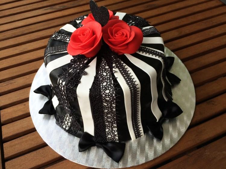 Black & White Cake mit Spitze