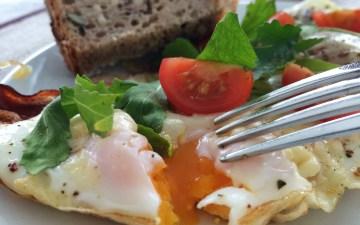 Frühstücksomlett mit Speck und Gratinkäse