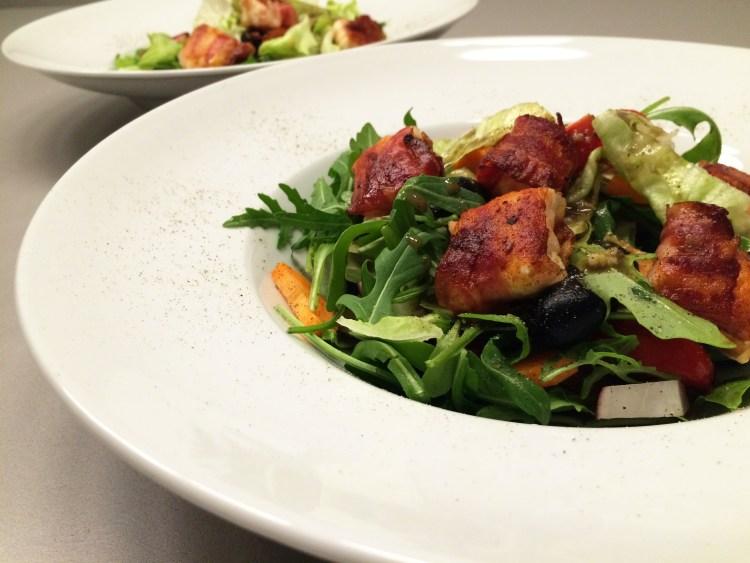 Feta im Speckmantel auf knackigem Salat