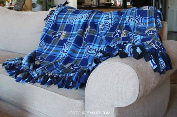 No sew fleece blanket tutorial that is super easy to make!