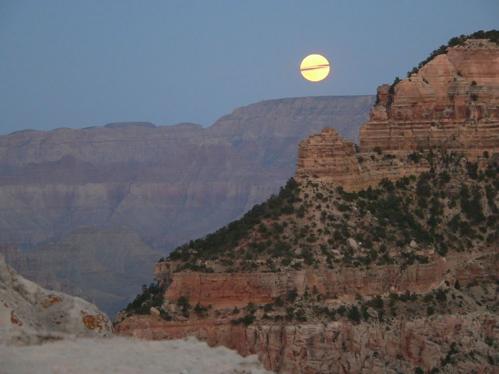 Full-Moon-over-the-Grand-Canyon.jpg