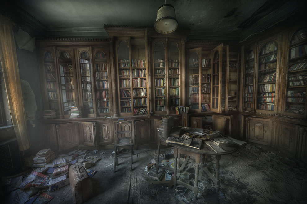 https://i0.wp.com/www.lovethesepics.com/wp-content/uploads/2012/10/Library-ghosts-The-Manor-library-was-very-dusty-and-the-smell-of-decay-and-paper-was-really-still-and-creepy.jpg