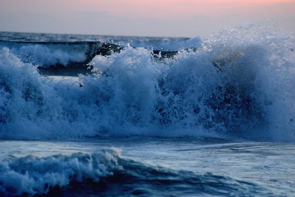 Waves-breaking-at-Acapulco