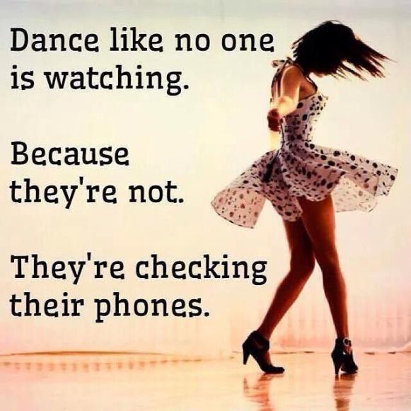 pleši kao da te niko ne gleda jer svi gledaju u telefone