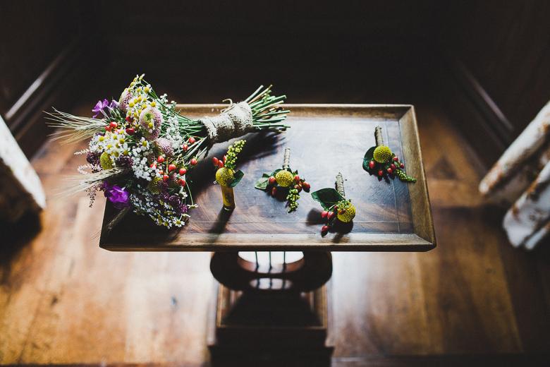 Love & Tralala Mariage champêtre en Dordogne - bouquet avec fleurs des champs et boutonnières