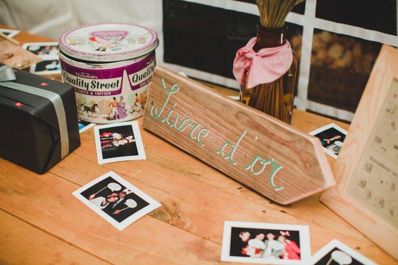 Love & Tralala Mariage champêtre en Dordogne - livre d'or et pancarte en bois