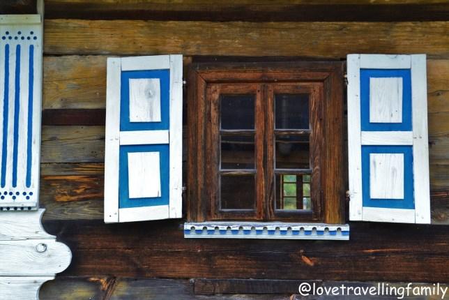 Okiennica. Podlasie z dzieckiem Białowieża Skansen Architektury Drewnianej