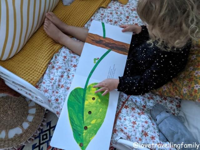 """""""Bardzo głodna gąsienica"""" XL Eric Carle recenzje książek dla dzieci"""