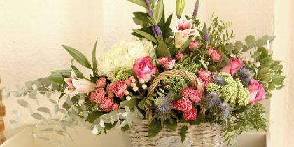 cesto de flores y cajas