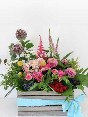 Caja de flores y frutos del bosque