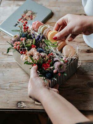 Lata de flores y macaroons