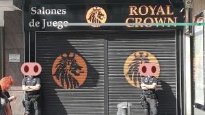 Si no te gusta no entres, fotografía donde se ve a dos policías custodiando la entrada de un salón de juegos cerrado