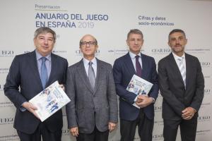 UC3M Premiado por investigación.Fotografía de cuatro hombres con traje y corbata posando.