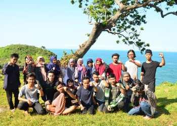 Foto bersama, anggota baru dan pengurus LPM Journal saat penutupan Journal Camp di Pantai Kesirat (6/1). Journal   Bayu