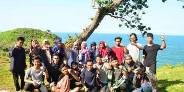 Foto bersama, anggota baru dan pengurus LPM Journal saat penutupan Journal Camp di Pantai Kesirat (6/1). Journal | Bayu