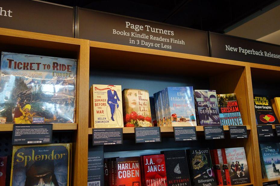 a15a6fbcd1b6b Amazon Books reproduit même physiquement sa fonctionnalité phare de  recommandation : si vous avez aimé ceci, alors vous aimerez cela. A gauche,  un ouvrage ...