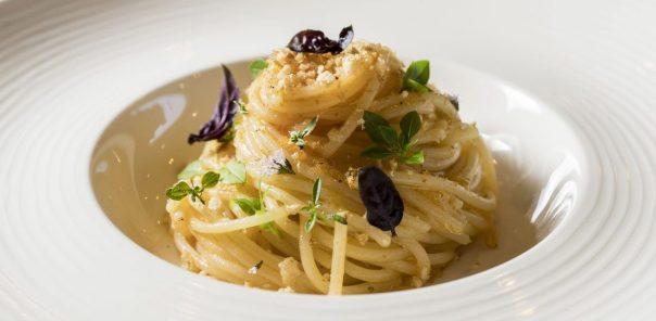 Spaghetto all'estratto di pomodoro e erbe del giardino dello chef Marco Acquaroli
