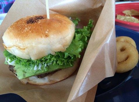 江の電でふらり途中下車。海のみえる気持ちのいいハンバーガー屋さんでランチ。@LeafCafe七里ヶ浜