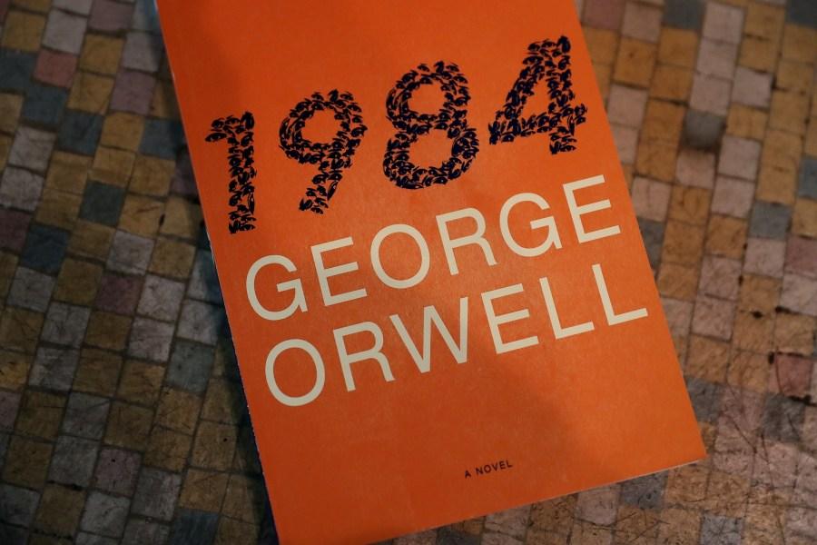 Cuốn 1984 của George Orwell nằm trong danh sách sách bán chạy nhất của Amazon.com và của cả NXB Penguin. Ảnh: Justin Sullivan/Getty Images)