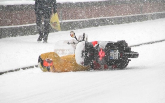 caduta scooter sulla neve
