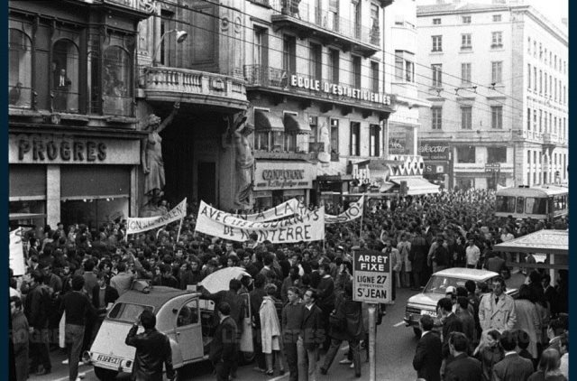 devant le siege du progres rue de la republique a lyon ou les slogans non a la violence non a la repression sont scandes par la foule archives le progres 1503494138