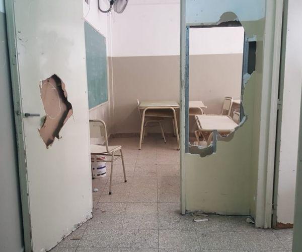 Puertas rotas en escuela en mal estado