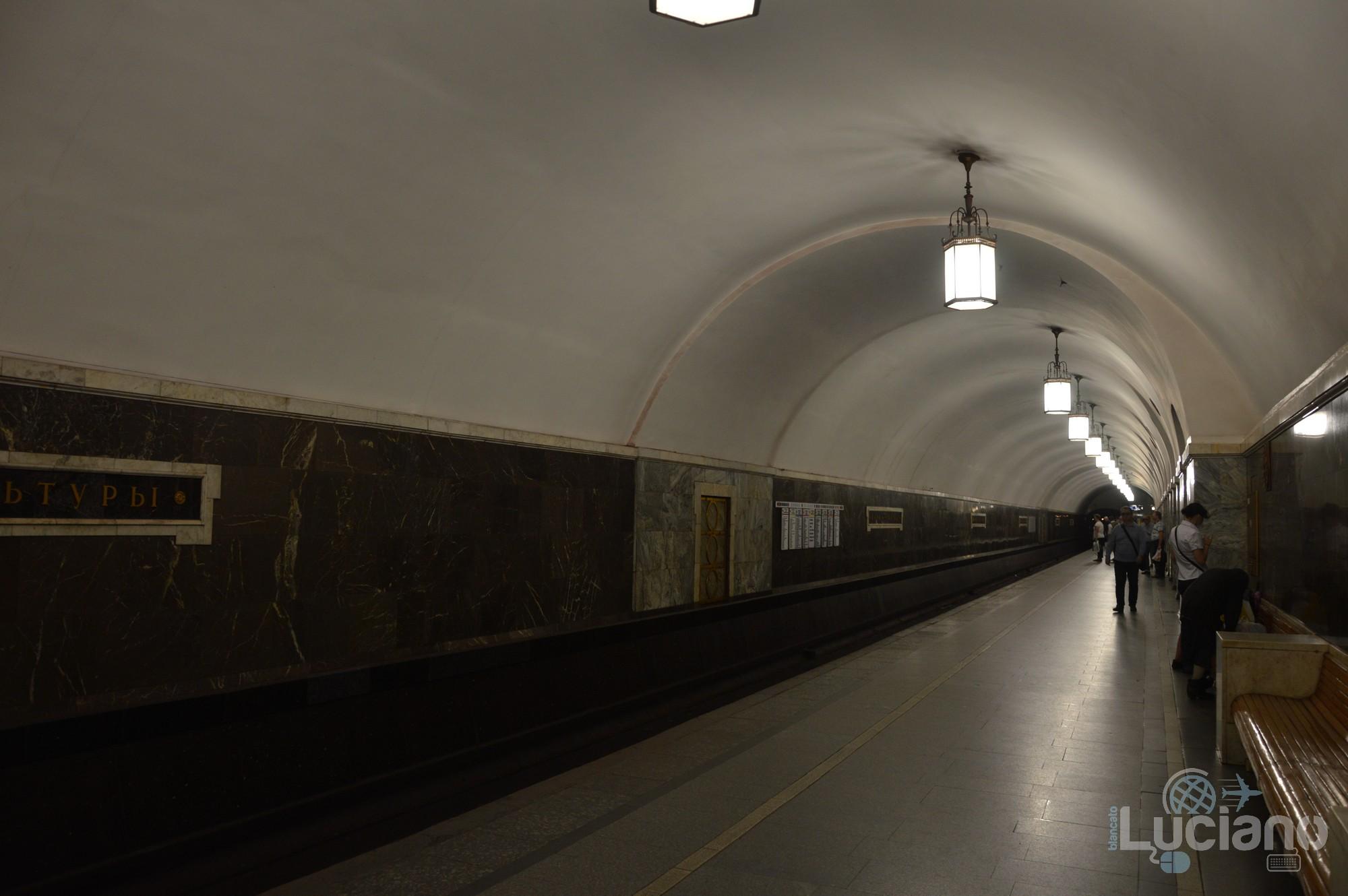 Park Kul'tury (in russo: Парк культу́ры) è una stazione della Linea Kol'cevaja, la linea circolare della Metropolitana di Mosca - ovvero la linea n 5 di colore marrone.