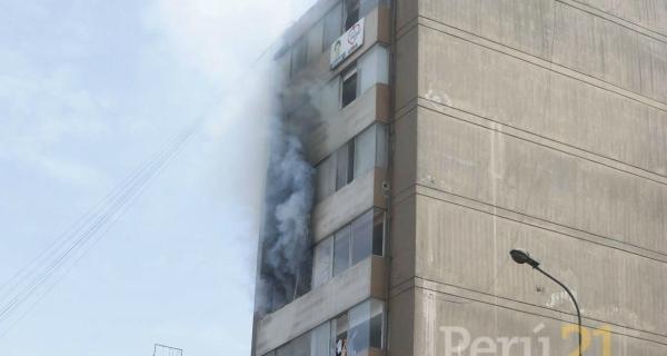 Bomberos evacúan a personas atrapadas en incendio — Lince