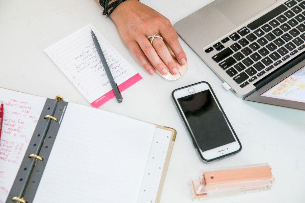How to Choose Best Website host + platform for your new blog. Best Blogging + Social Media Tips for new Bloggers and Small Businesses.