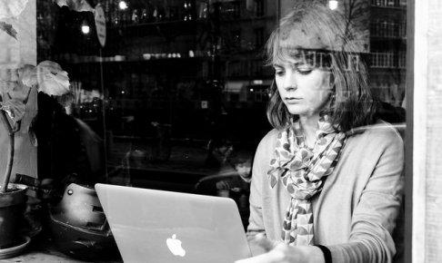スキマ時間に仕事をする女性
