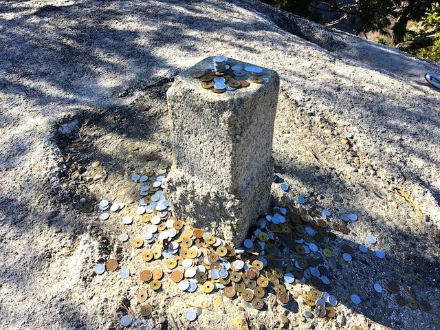 弥三郎岳の石碑