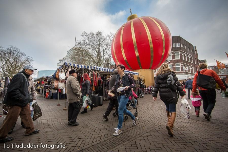 Grootste (opblaasbare) kerstbal staat op de Bongerd in Heerlen centrum. Kerstmis.