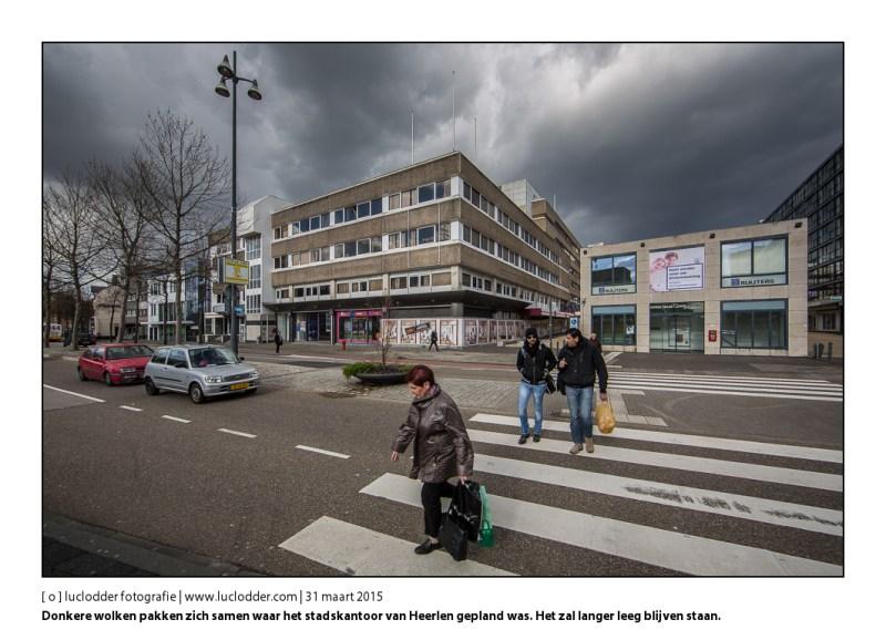 Winkelcentrum de Plu gezien vanaf de geerstraat. Donkere wolken pakken zich samen waar het stadskantoor van Heerlen gepland was. Het zal langer leeg blijven staan.