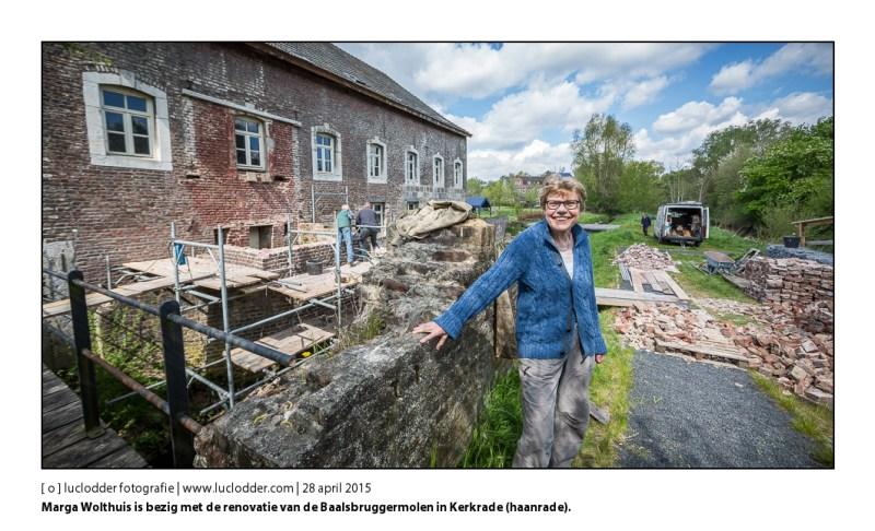 Marga Wolthuis is bezig met de renovatie van de Baalsbruggermolen in Kerkrade (haanrade). De molen ligt aan het watertje de Worm.