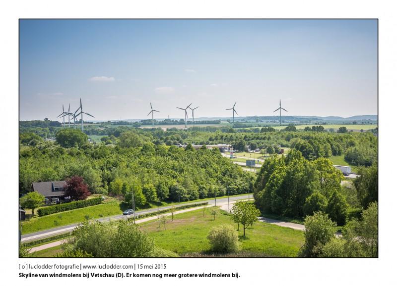 In de voorgrond de Autosnelweg en Tankstation Langveld en Tienbaan. Skyline van windmolens bij Vetschau (D). Er komen grotere windmolens bij binnenkort aan de Nederlands-Duitse Grens.