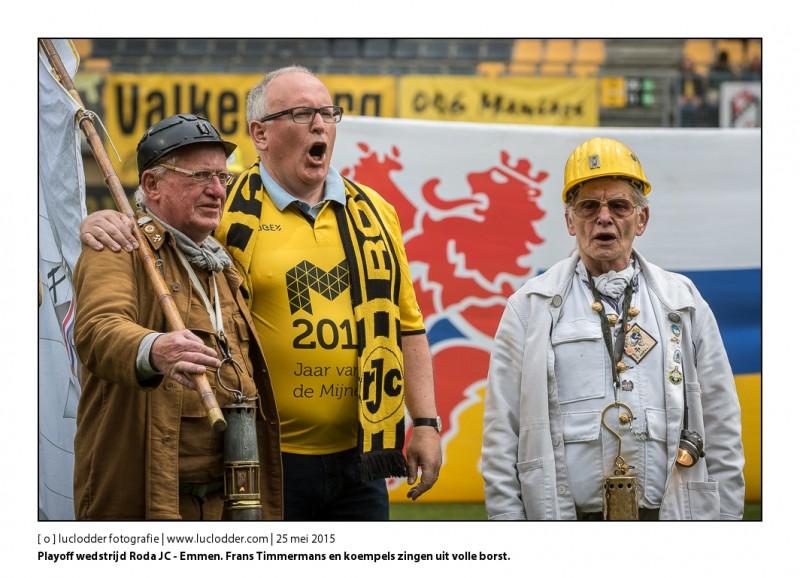 Vooraf aan de belangrijke Playoff wedstrijd Roda JC - Emmen zingen Frans Timmermans en koempels uit volle borst.