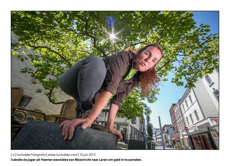 Isabelle de jager uit Heerlen gaat van Maastricht naar Laren wandelen met alleen 80 euro, kampeerspullen en een bijbel, om geld in te zamelen voor een goed doel (een kerstdiner voor armen in Heerlen). Onderweg logeert ze bij vreemden