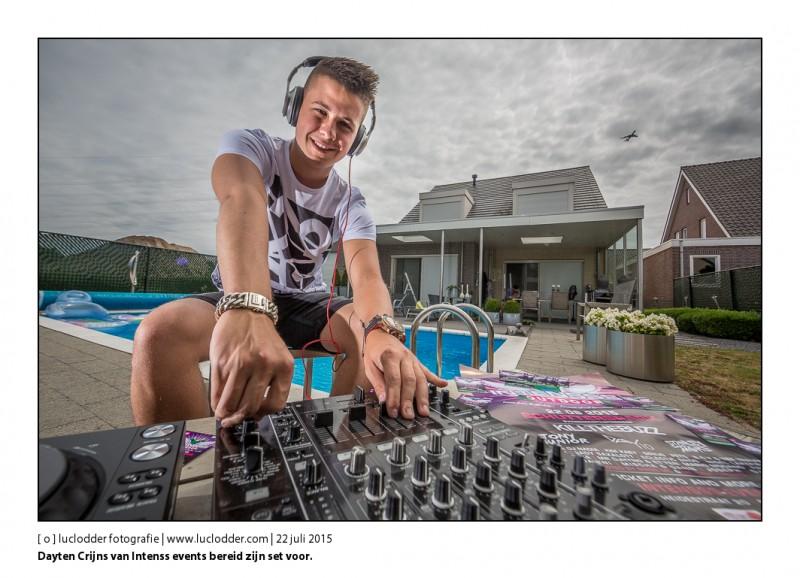 Dayten Crijns (DJ en mede organisator) van Intenss events bereid zijn set voor.