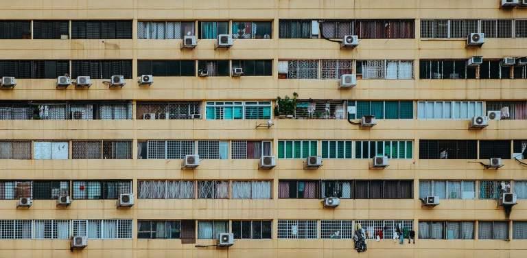 Wohnblock mit vielen Klimageräten an der Wand