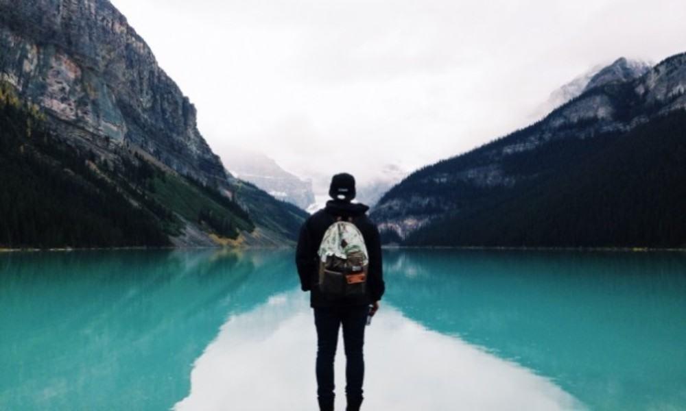 Viajar solo y barato sin sentirse solo ¿cómo y dónde hacerlo?