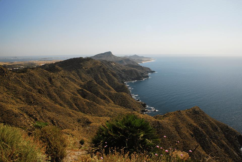 En Calblanque puedes disfrutar de playas, calas y acantilados