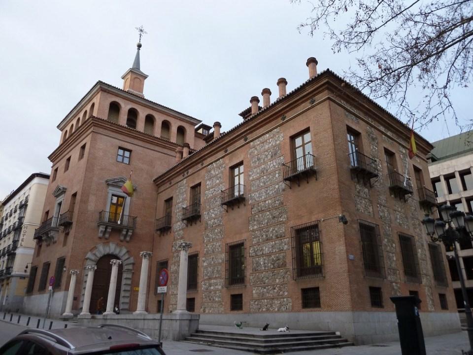 La casa de las 7 chimeneas es uno de los edificios encantados que puedes visitar en España