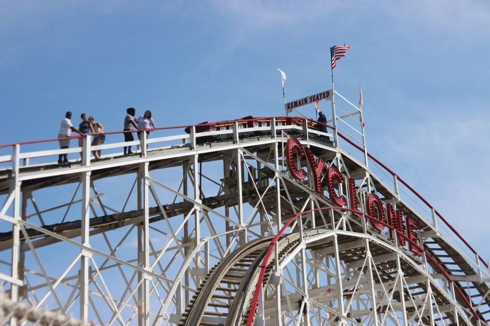 nueva montaña rusa en parque de atracciones de coney island